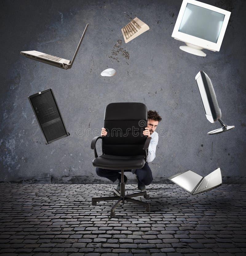 L'uomo d'affari ha timore dei computer e della tecnologia immagine stock