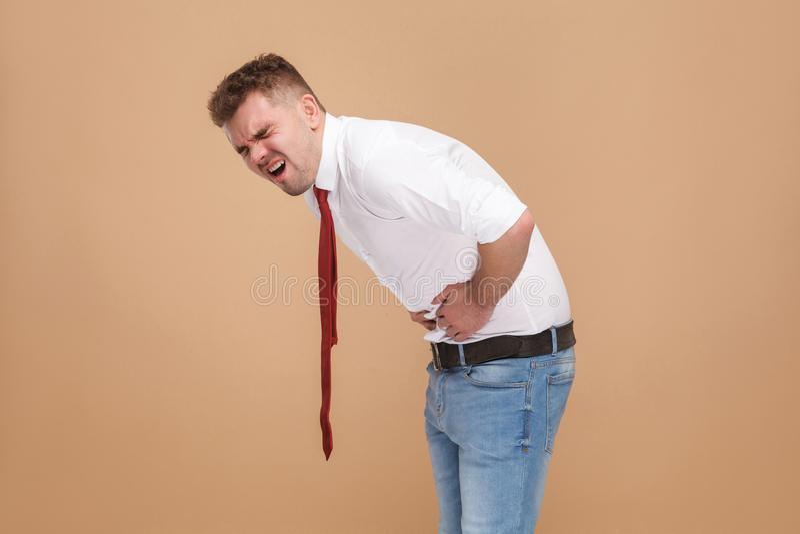 L'uomo d'affari infelice ha mal di stomaco fotografia stock