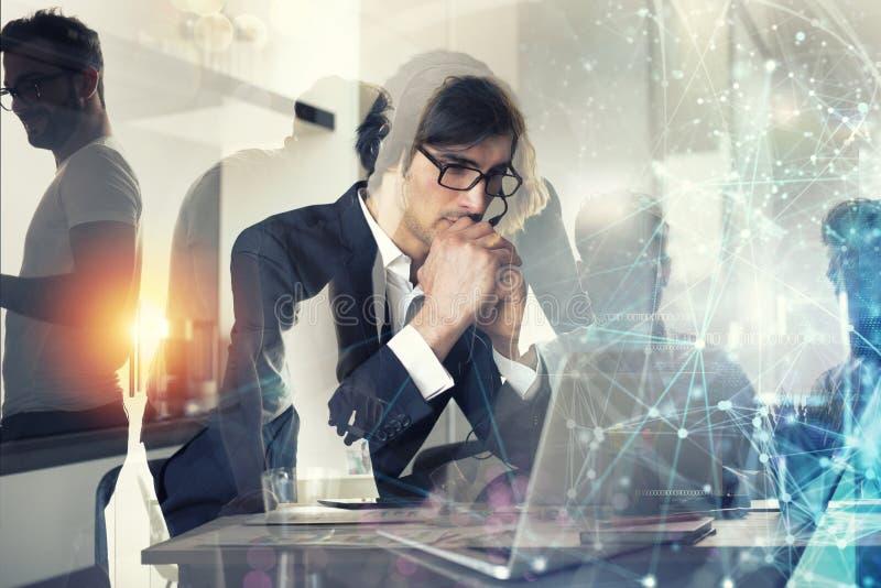 L'uomo d'affari lavora da a distanza a casa con i suoi colleghi Doppia esposizione immagine stock