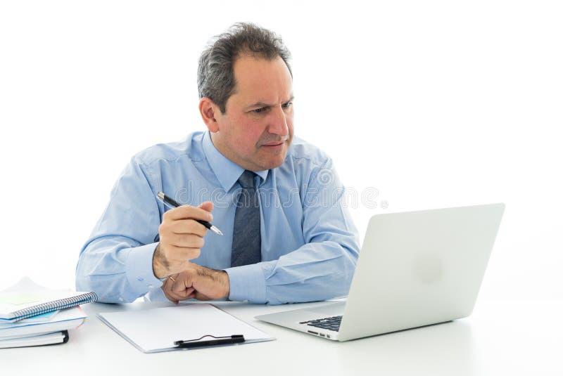 L'uomo d'affari maturo enorme e stanco che lavora alla sensibilità dell'ufficio ha sollecitato ed emicrania fotografie stock