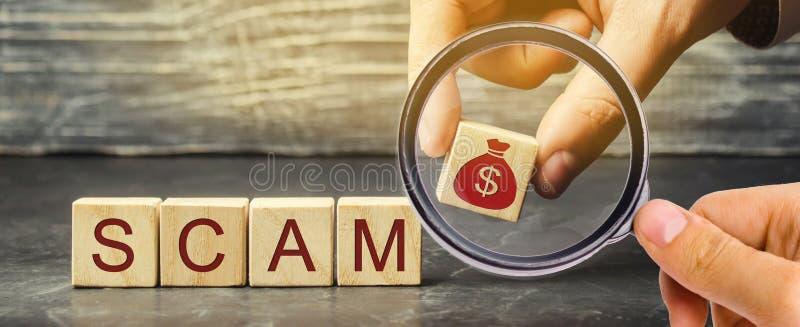 L'uomo d'affari mette i blocchi di legno con la parola Scam Progetto di investimento fraudolento Piano illegale per ottenere sold fotografia stock