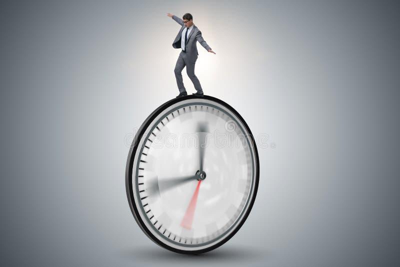 L'uomo d'affari nel concetto della gestione di tempo immagini stock