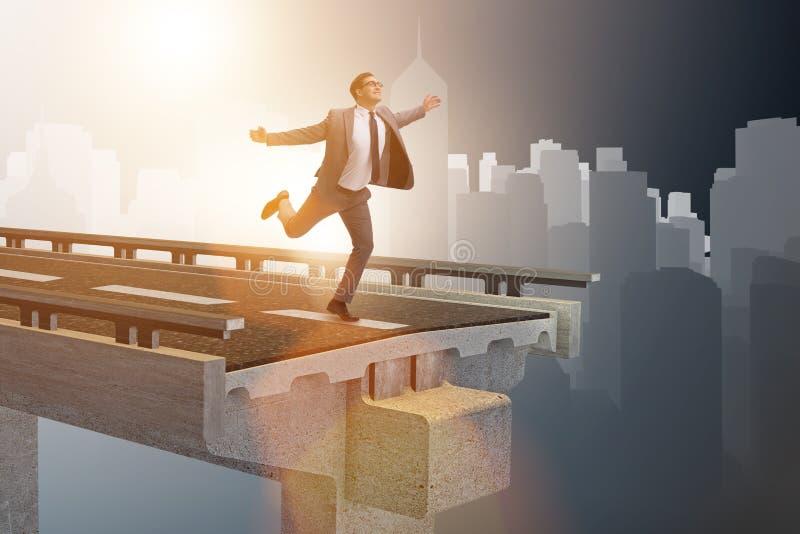 L'uomo d'affari nel concetto di incertezza con il ponte rotto illustrazione vettoriale
