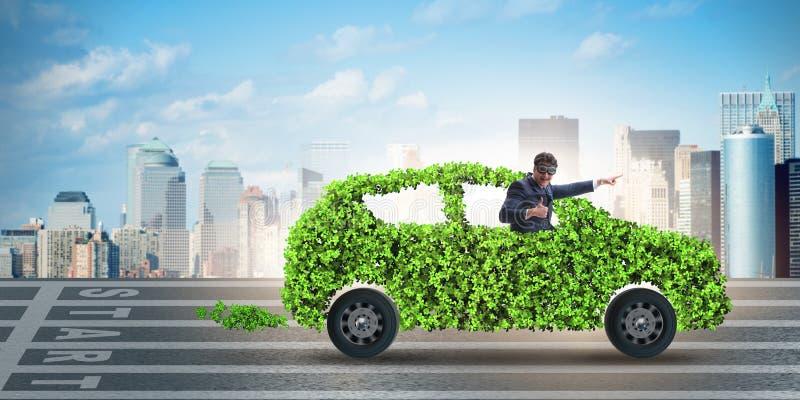 L'uomo d'affari nel concetto verde dell'automobile elettrica fotografia stock