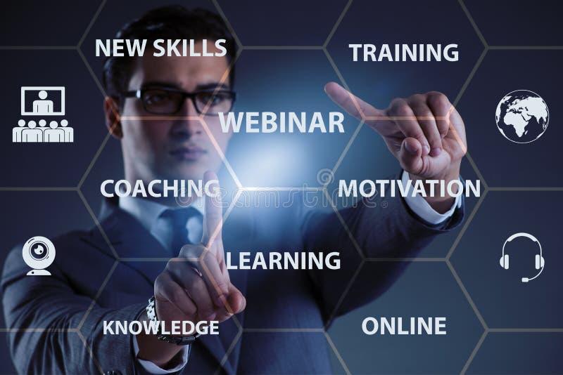 L'uomo d'affari nel concetto webinar online immagini stock