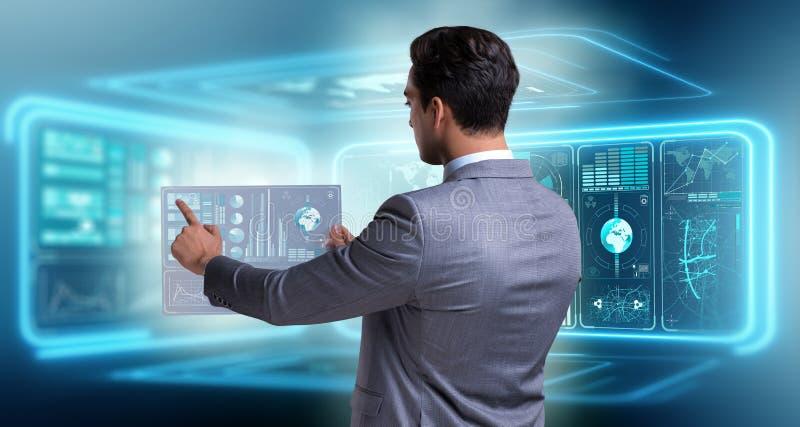 L'uomo d'affari nel grande concetto della gestione dei dati immagine stock