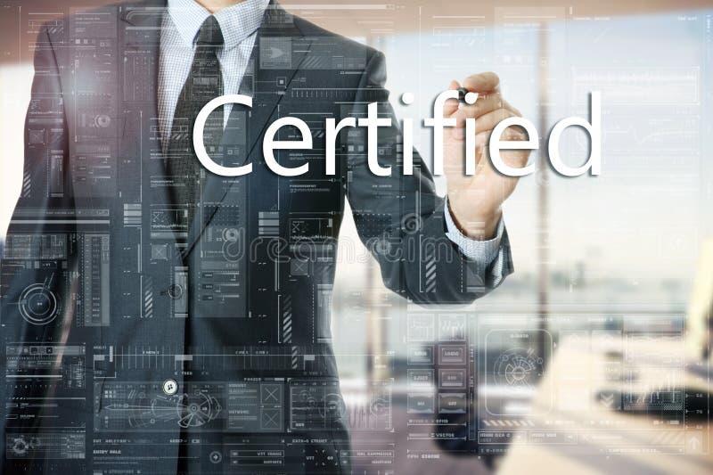 L'uomo d'affari nell'ufficio sta scrivendo ha certificato sul bordo trasparente fotografia stock libera da diritti