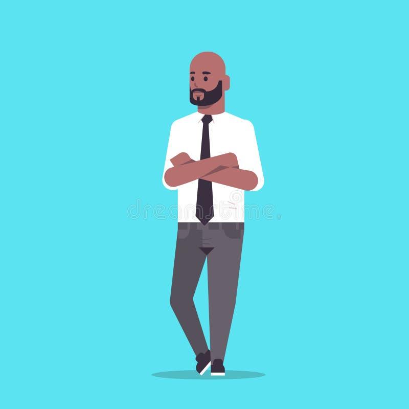 L'uomo d'affari nell'usura convenzionale ha piegato le mani che stanno l'uomo afroamericano sorridente di affari del personaggio  illustrazione di stock