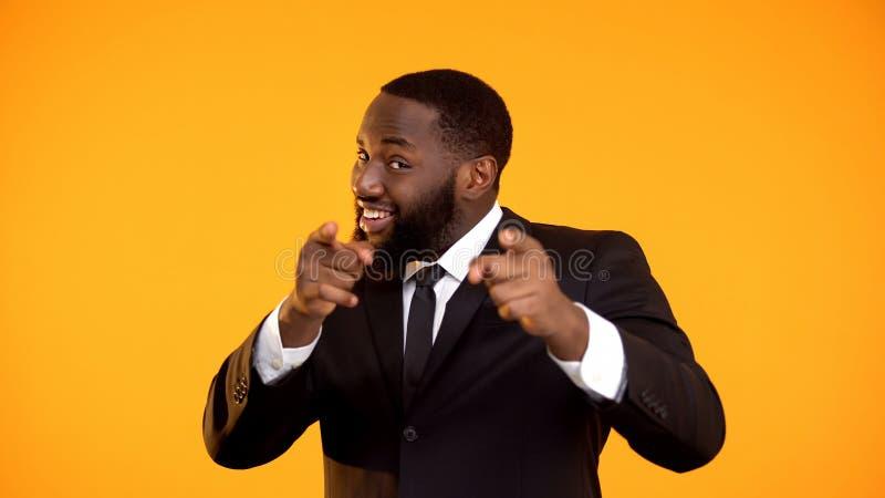 L'uomo d'affari nero sicuro che indica le dita, facenti vi sceglie movimento, promo fotografie stock
