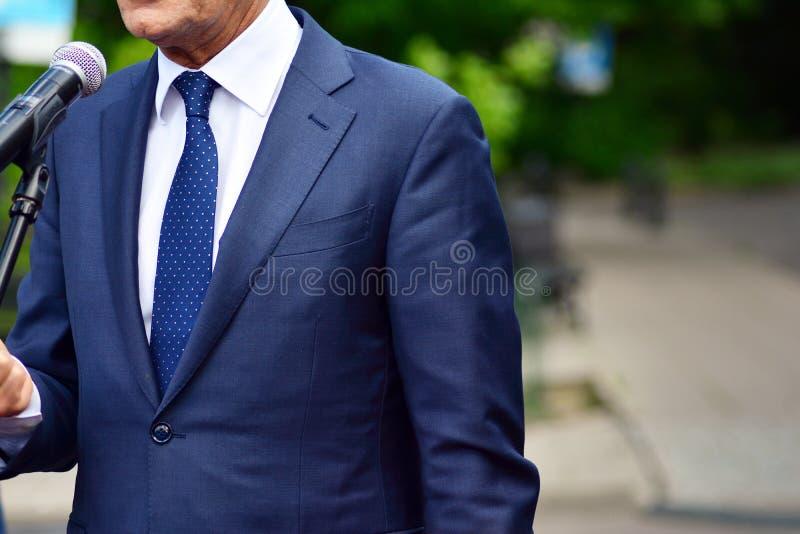L'uomo d'affari o il politico sta dando un discorso fotografie stock libere da diritti
