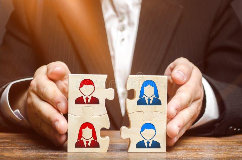 L'uomo d'affari raccoglie i puzzle che simbolizzano il gruppo degli impiegati Combinazione i gruppi e della gente per realizzare  immagini stock