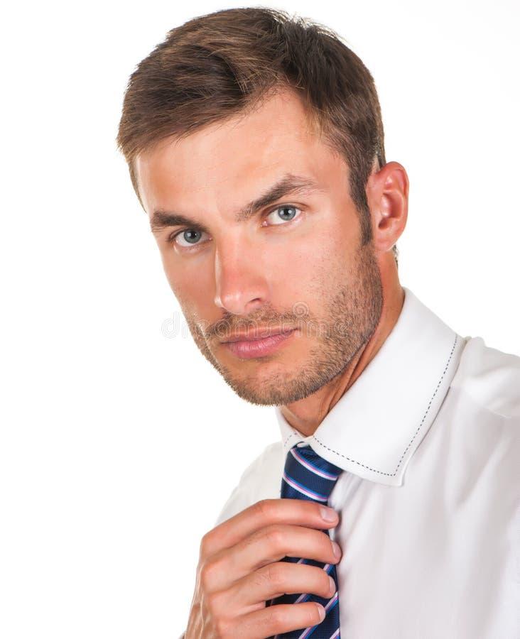 L'uomo d'affari regola il suo legame immagini stock