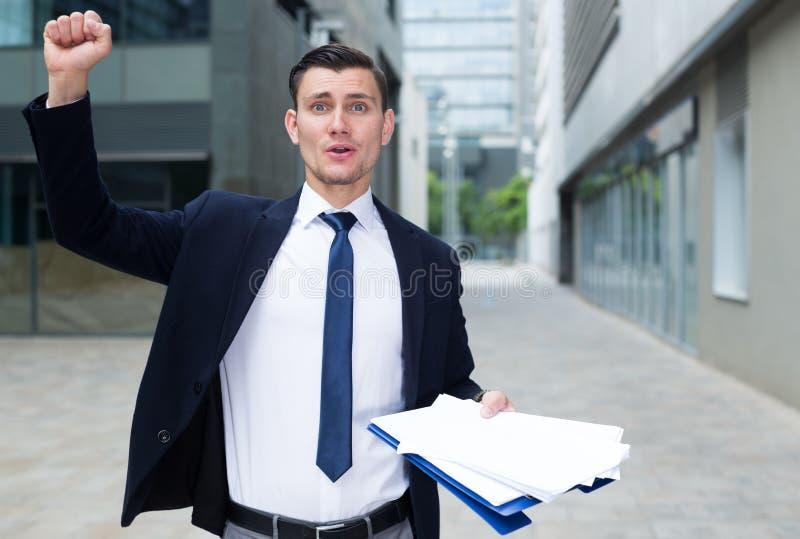 L'uomo d'affari sorridente è felice dopo il riuscito contratto di firma fotografia stock libera da diritti