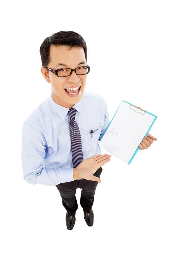 L'uomo d'affari sorridente tiene un documento record immagini stock