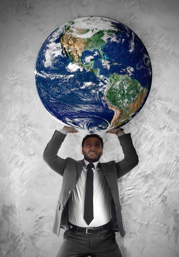 L'uomo d'affari sostiene il pianeta Terra fotografia stock