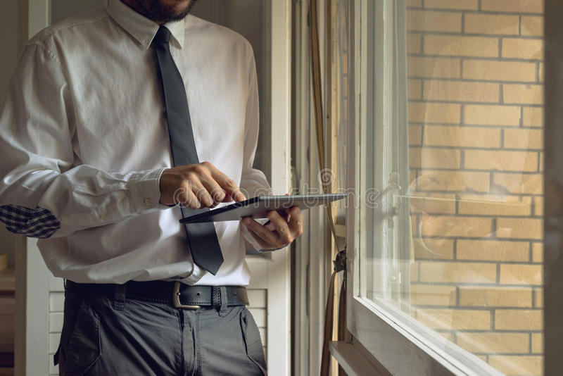 L'uomo d'affari spilla il computer digitale della compressa fotografia stock libera da diritti