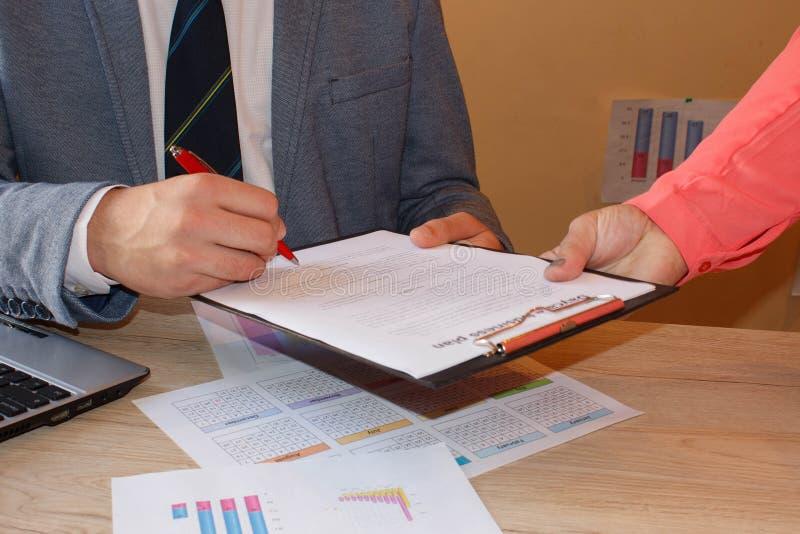 L'uomo d'affari sta firmando un contratto, dettagli del contratto di affari L'immagine concettuale di un uomo che firma un ultimo immagine stock libera da diritti