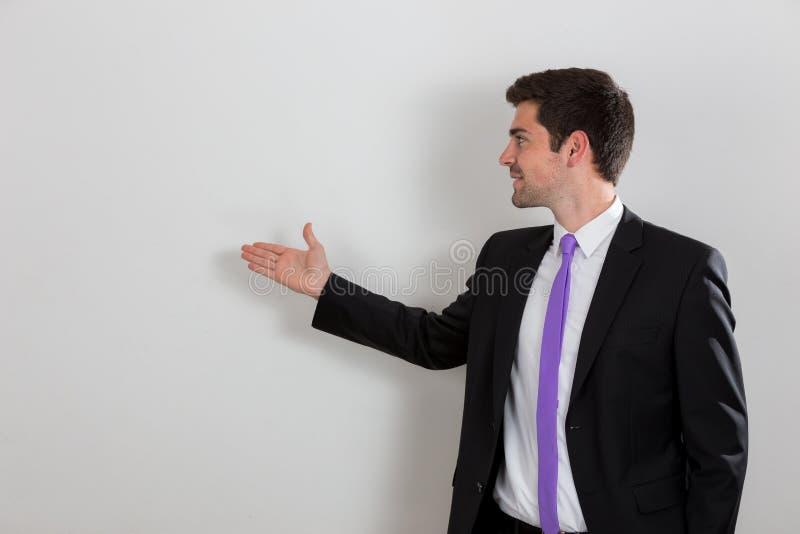 L'uomo d'affari sta indicando a qualcosa immagine stock libera da diritti