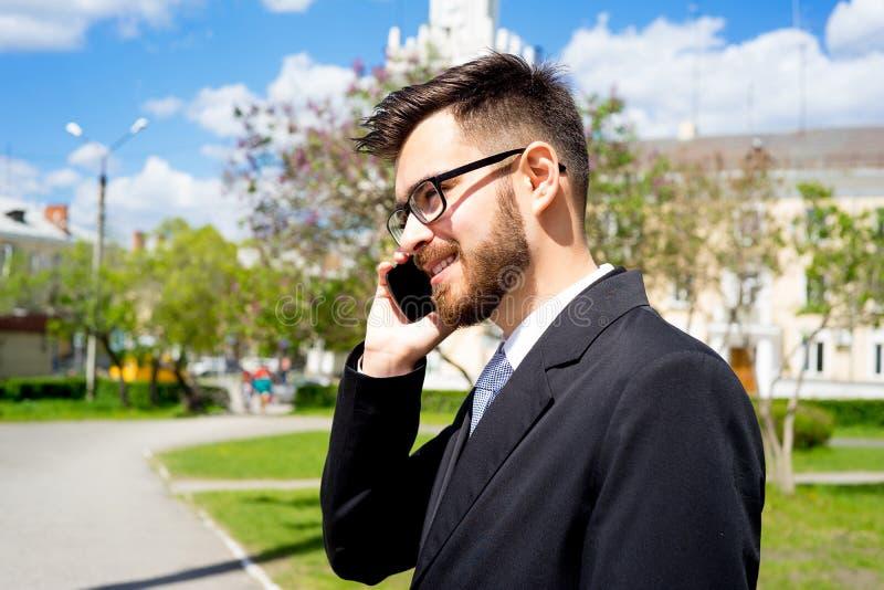 L'uomo d'affari sta parlando sul telefono fotografia stock libera da diritti