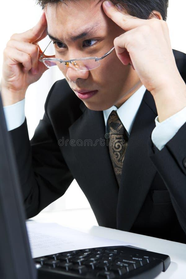 L'uomo d'affari sta pensando duro fotografia stock libera da diritti