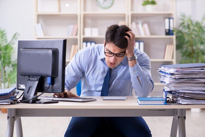 Download L'uomo D'affari Stanco Con Troppo Lavoro Di Ufficio Immagine Stock - Immagine di ufficio, affaticamento: 117975159