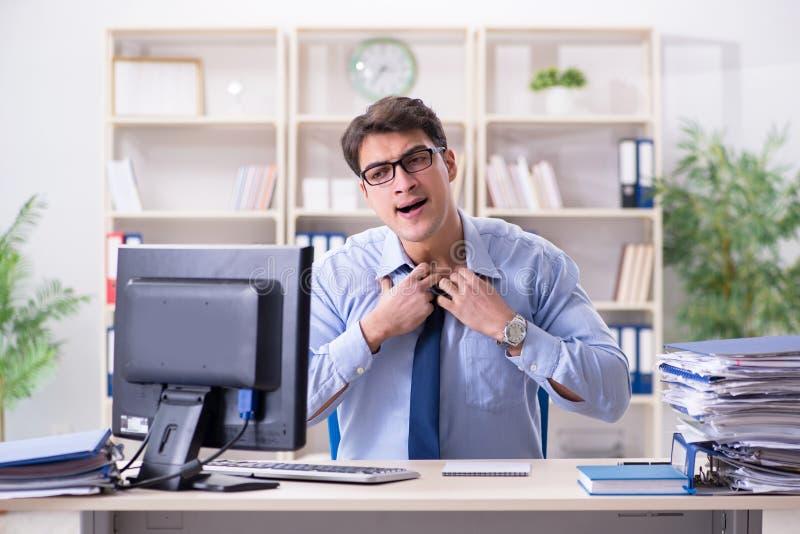 Download L'uomo D'affari Stanco Con Troppo Lavoro Di Ufficio Immagine Stock - Immagine di paperwork, uomo: 117975165