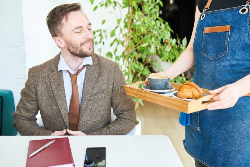 L'uomo d'affari su pranzo irrompe il caffè fotografie stock
