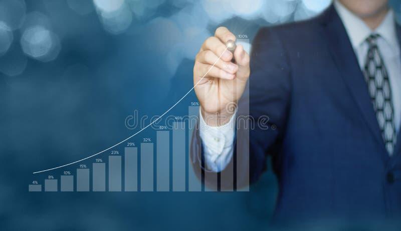 L'uomo d'affari traccia un grafico delle statistiche fotografia stock libera da diritti