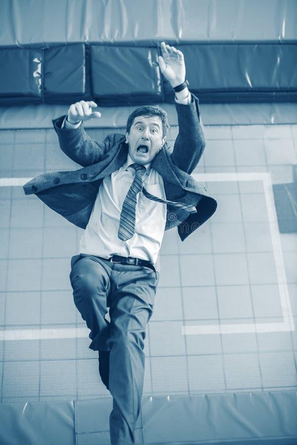L'uomo d'affari, in un panico, cade fotografia stock