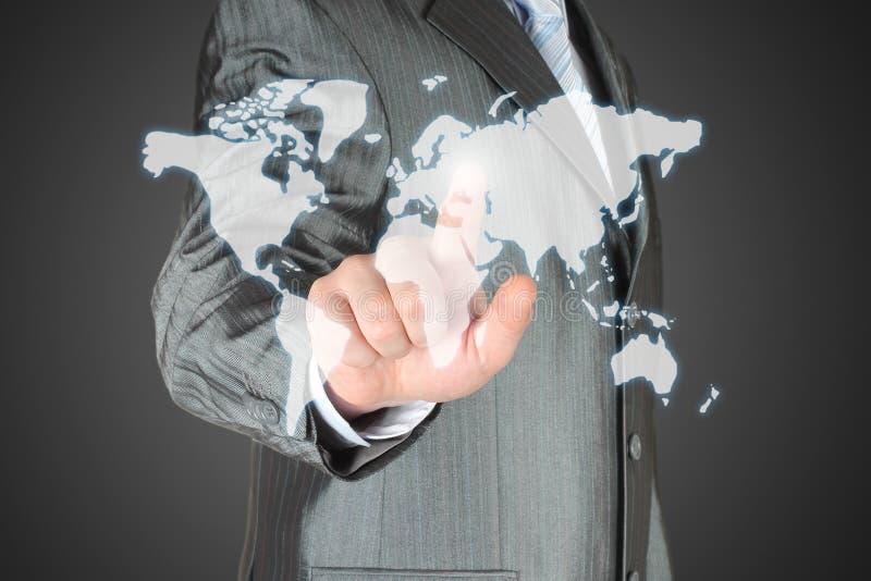 L'uomo d'affari usa la mappa virtuale fotografie stock libere da diritti