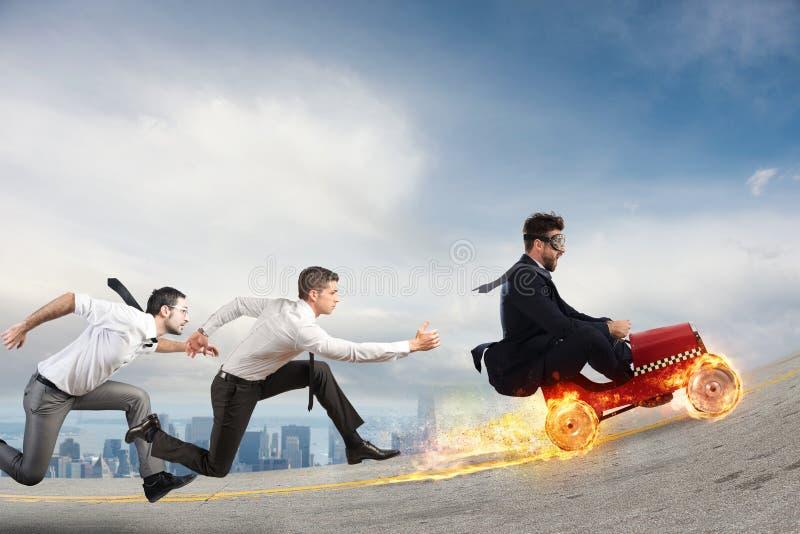 L'uomo d'affari veloce con un'automobile vince contro i concorrenti Concetto di successo e di concorrenza fotografia stock
