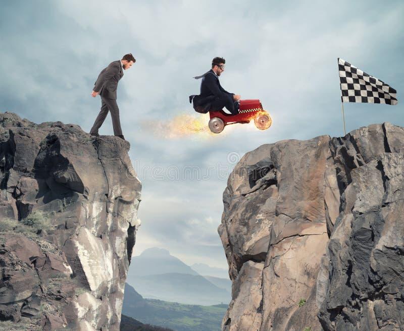 L'uomo d'affari veloce con un'automobile vince contro i concorrenti Concetto di successo e di concorrenza fotografia stock libera da diritti