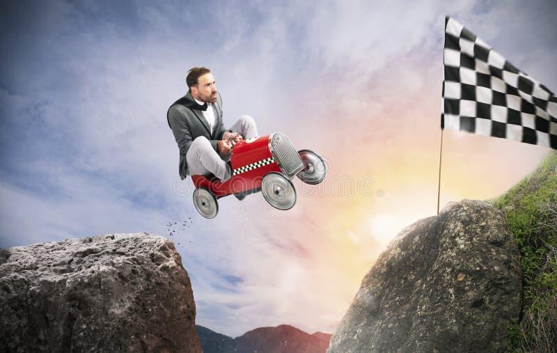 L'uomo d'affari veloce con un'automobile vince contro i concorrenti Concetto di successo e di concorrenza immagini stock