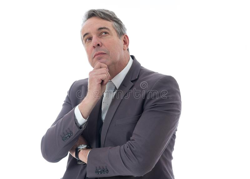 L'uomo dai capelli grigi sta cercando e pensando Dirigente in vestito sopra fotografie stock libere da diritti