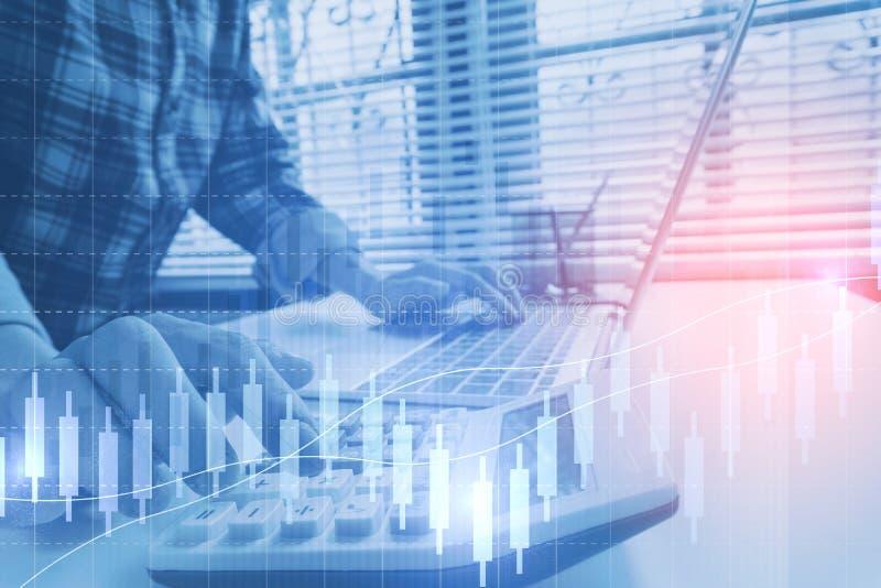 L'uomo di affari calcola circa costo e finanza fare all'ufficio immagine stock libera da diritti