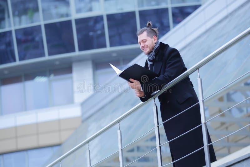 L'uomo di affari con le carte, entra in suo ufficio fotografia stock libera da diritti