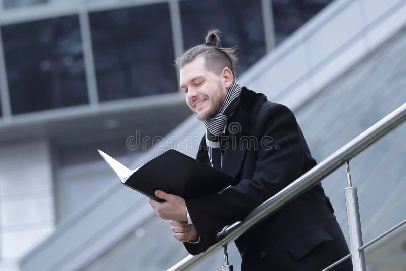 L'uomo di affari con le carte, entra in suo ufficio fotografie stock libere da diritti