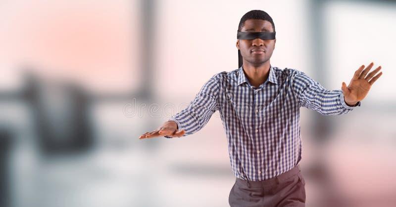 L'uomo di affari ha bendato gli occhi contro l'ufficio grigio confuso con la sovrapposizione rossa immagine stock