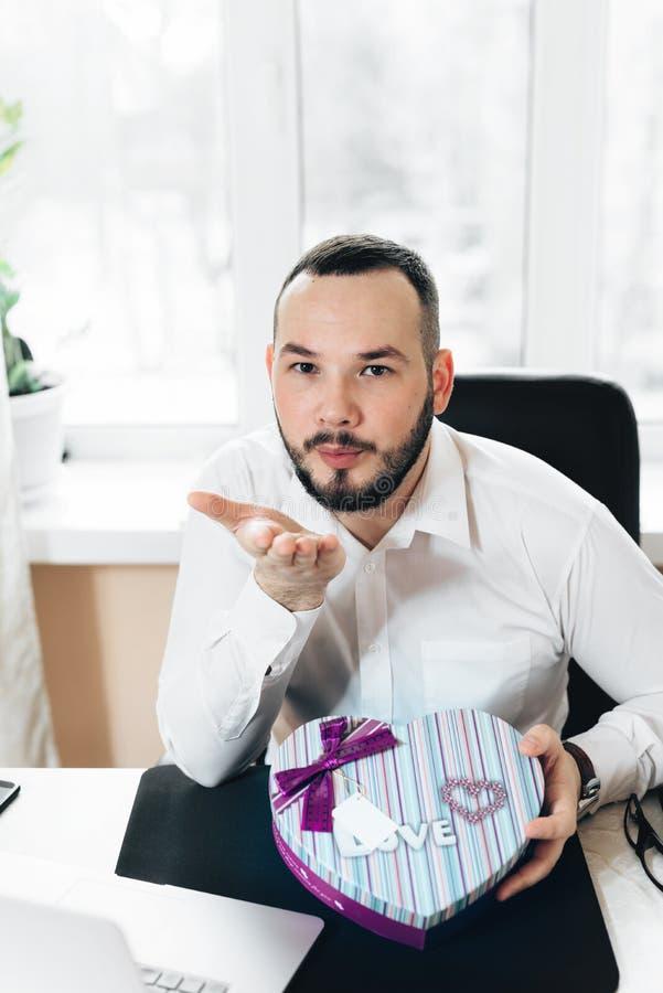 L'uomo di affari ha preparato un regalo sotto forma di cuore fotografia stock