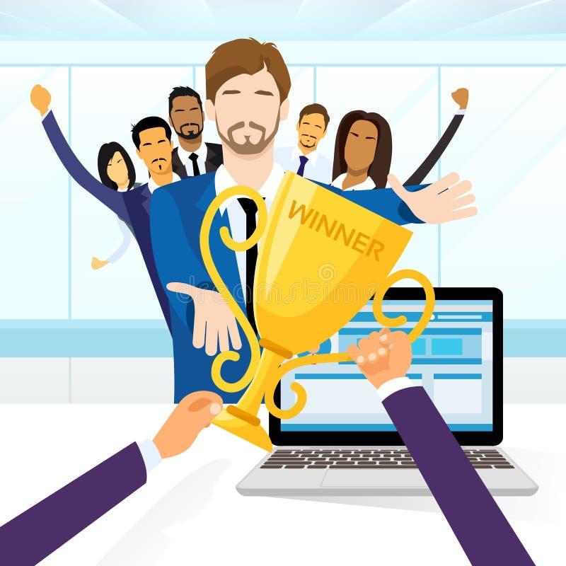 L'uomo di affari ottiene la tazza del vincitore del premio, la gente royalty illustrazione gratis