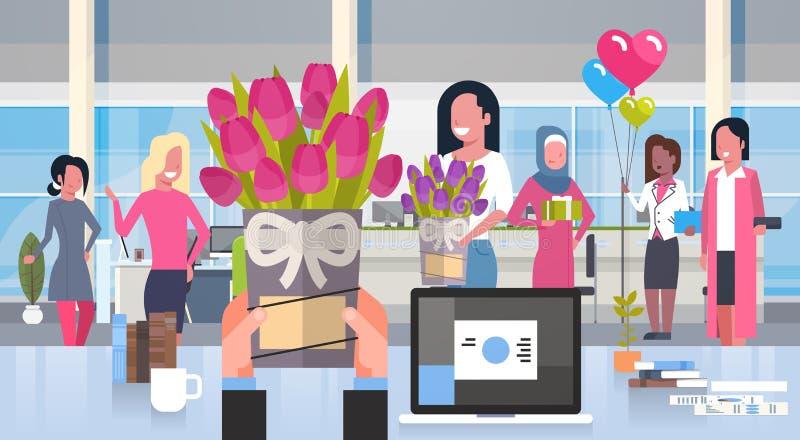 L'uomo di affari passa dare i fiori al gruppo di donne ufficio nel concetto felice di festa dell'8 marzo illustrazione di stock