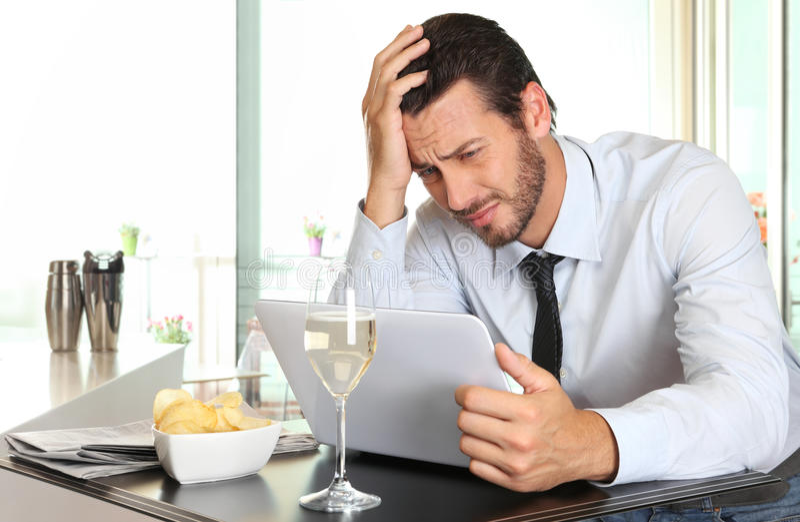L'uomo di affari si è preoccupato dalle cattive notizie finanziarie fotografia stock