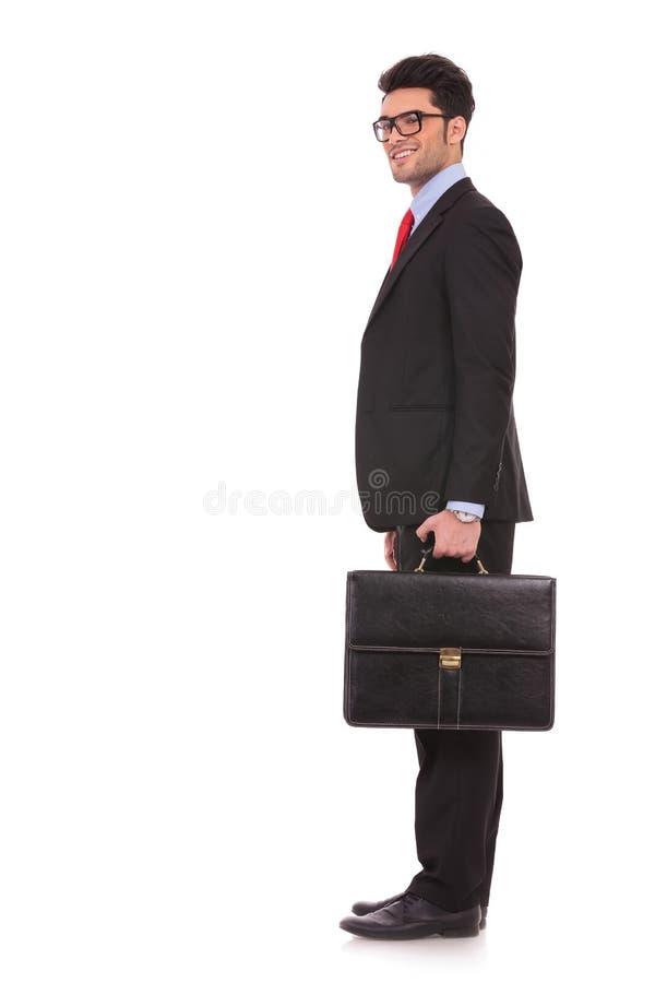 L'uomo di affari vi sta ed esamina immagine stock libera da diritti