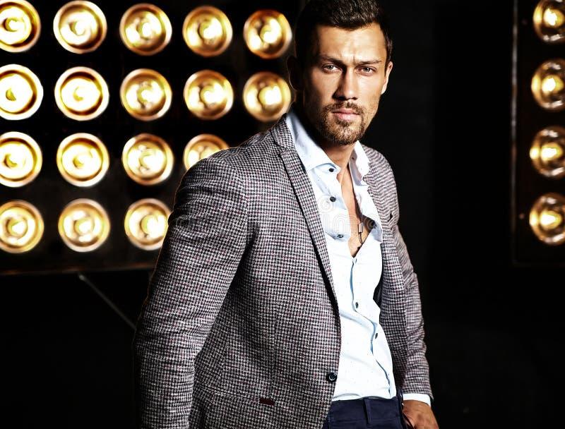 L'uomo di modello maschio di modo bello si è vestito in vestito elegante immagini stock