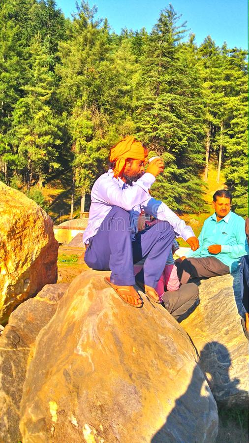 L'uomo di montagna che gode della sua bevanda in India fotografie stock