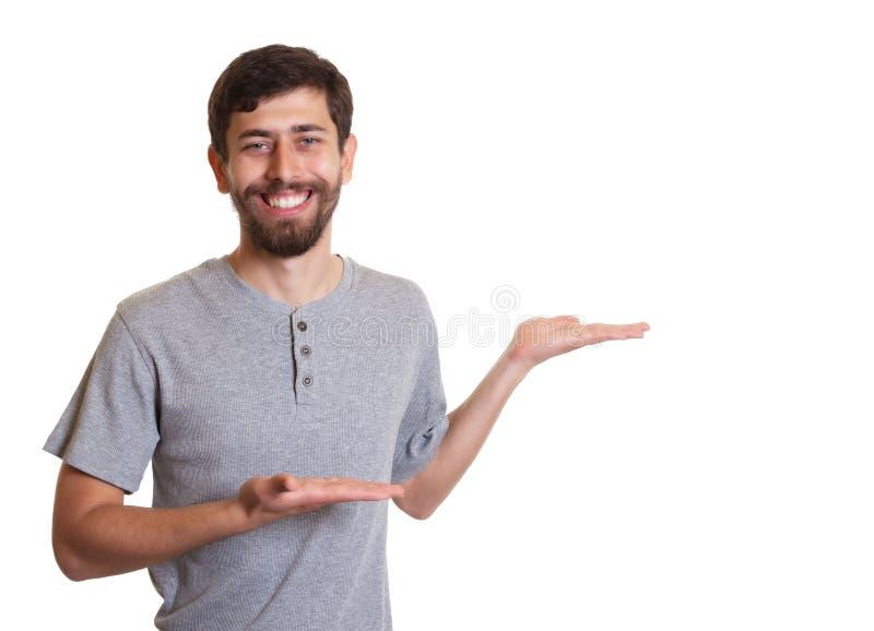 L'uomo di risata con la barba presenta qualcosa fotografie stock