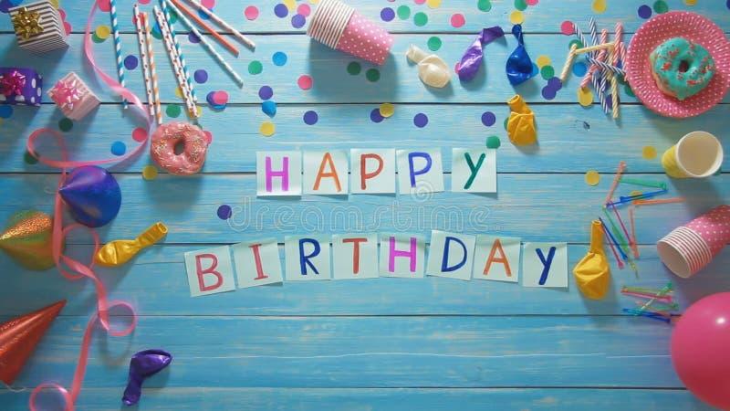 Tavolo Compleanno Uomo : L uomo di vista superiore mette il buon compleanno di parole sulla