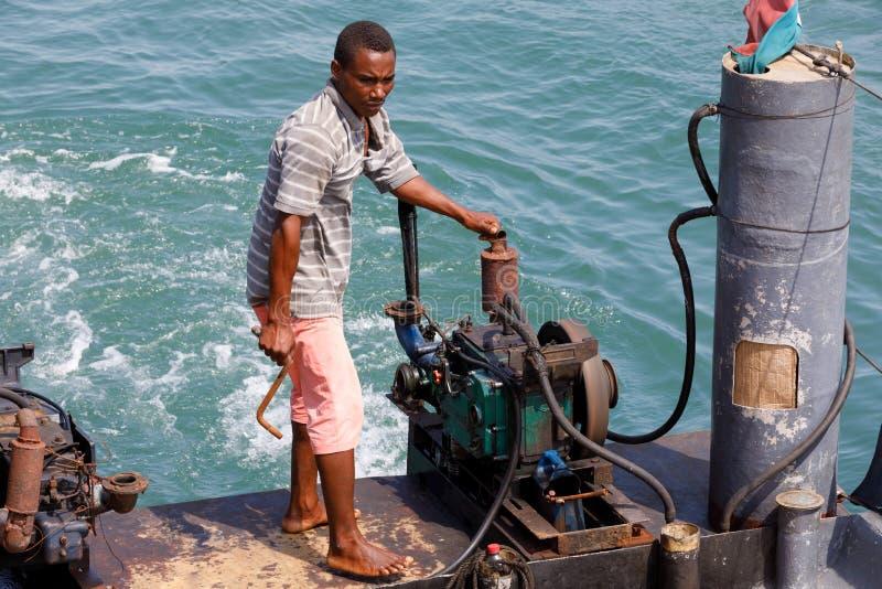 L'uomo dirige la nave in porto di curioso è, il Madagascar fotografia stock libera da diritti