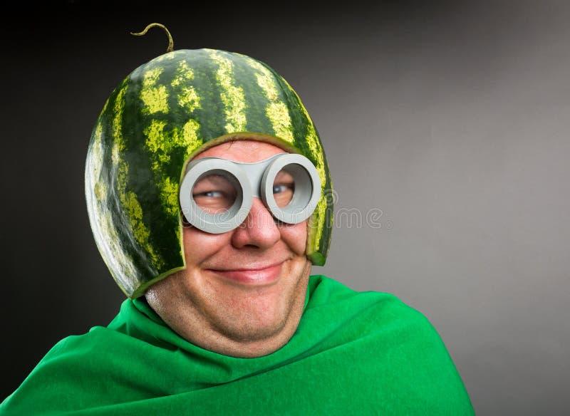 L'uomo divertente con il casco dell'anguria e googla immagini stock libere da diritti