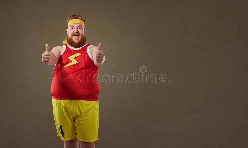 L'uomo divertente spesso in abiti sportivi tiene le sue dita su fotografie stock libere da diritti